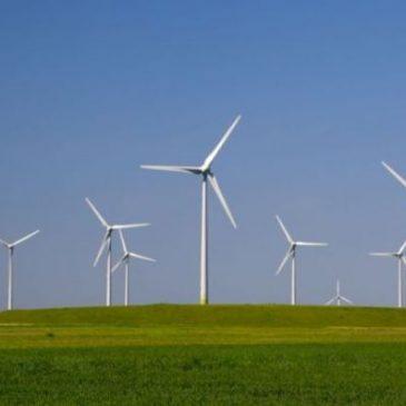 Koggenland tegen windmolens bij woningen
